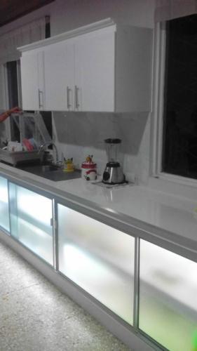 ECS-REFLECTOR-Marmol-Sobre-Mueble-Cocina-1